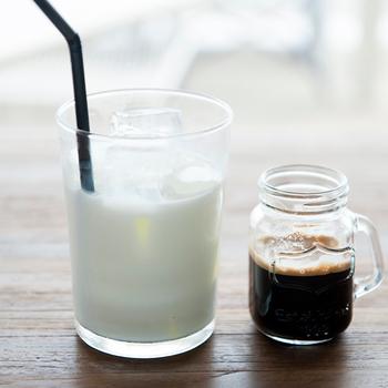 アイスカフェラテは自分でコーヒーの量を調節しながらいただける心配り。日頃の疲れを吹き飛ばすためにも是非足を運んでいただきたい一軒です。