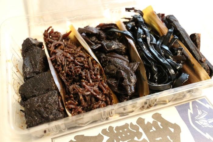 白いご飯、お茶漬けにぴったりの「金鮒佐」の佃煮は、バラエティ豊か。アサリやアミ、昆布といった定番の他、牡蠣や穴子、蛤や鰻といった高級素材、ごぼうや蕗の薹、生海苔といったものまで実に様々です。  お勧めは、創業以来の味を伝承する辛口の『江戸前佃煮 』。昆布・ごぼう・白寿(しらす)・浅利・あみの5種類があります。手軽に楽しむのなら、美味しい佃煮のぶぶ漬けを手軽に味わえる、出汁付きの『ぶぶ漬けセット』。江戸前佃煮の昆布、ごぼう、浅利の3種が入っている、お得なお試しセットです。