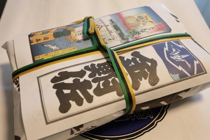 江戸末期の創業の「日本橋 金鮒佐」は、創業以来江戸・東京で評判の佃煮店。それもそのはず、初代が、佃島の雑魚の塩煮にヒントを得て、醤油煮したのが佃煮に原型となった伝わる名店です。先に紹介した「神茂」の斜向いに、自社ビルの本店があります。  現在でも、ここ日本橋室町で看板を掲げているように、キリッとした伝統の味わいは今も健在です。 鮒佐の味は、新鮮な醤油の風味と、独自に配合されたタレの絶妙な調合によって生まれる味。汁気を残したまま煮上げる方法で、残った煮汁は次へと継がれていきます。