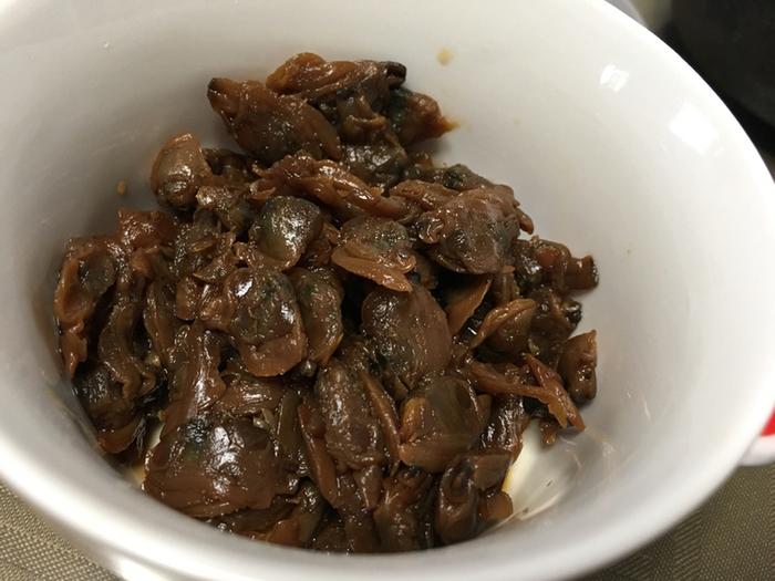 """継ぎ足してきた秘伝のタレ、桑名から取り寄せた""""たまり醤油""""配合の煮汁で炊き上げた、「貝新」の佃煮は、ふっくらと艶良く、素材本来の旨味もしっかり残って絶品と評判です。  お勧めは、やっぱり「貝新」ならではの『あさりのしぐれ煮』です。生姜がたっぷりと入り、甘み控え目の佃煮は、大人の味。日本酒の肴にもぴったりです。"""