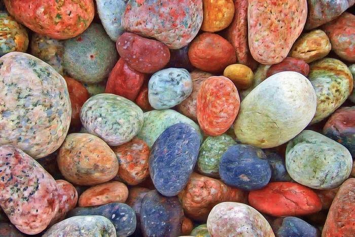 河原や海辺で拾った色とりどりの石をいくつか、きれいな箱にしまっておくのも素敵。もちろん、多すぎず、少なすぎない数を並べるのがいいですね。
