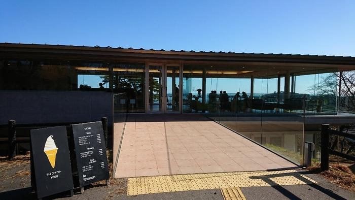 松島海岸駅から車で約5分、「西行戻しの松公園」のパノラマハウス内にある「ロマン(Le Roman)」。全面ガラス張りの見晴らしのよいおしゃれなお店で、美味しいカフェメニューをいただくことができます。