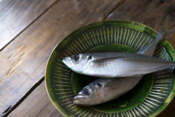 """一年中スーパーで目にする""""アジ""""や""""イワシ""""。丸ごと安売りされていることも多い大衆魚ですが、さばき方を知らないと気軽に買えないですよね。"""