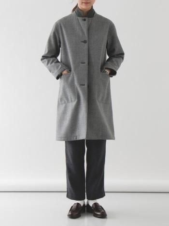ステンカラーコートで作るシンプルなスタイルを、上質ローファーで格上げ。ワントーンコーデも、ローファーを合わせることで大人っぽくかつおしゃれ上級者な雰囲気を作れます。