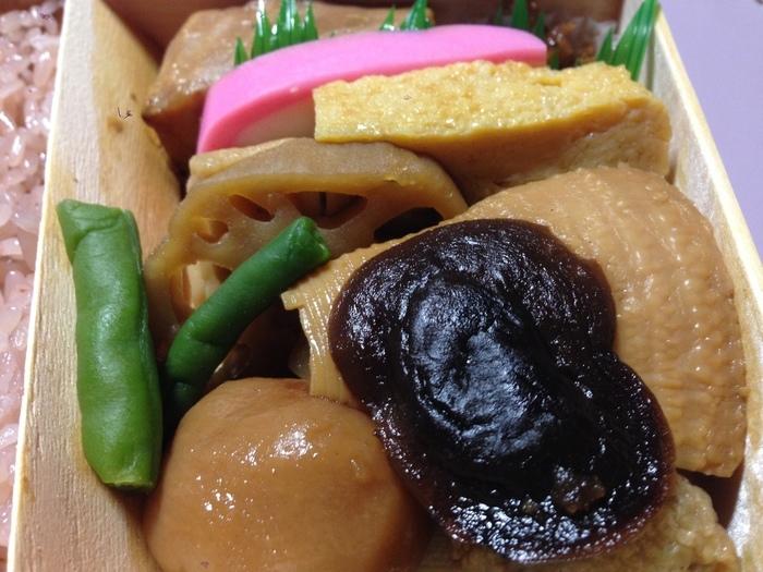 """「弁松」の魅力は、甘辛い""""濃ゆい味つけ""""。キリッとした潔い味わいは、江戸っ子ならでは、「弁松」ならではの味わいです。料理の種類や内容が異なる弁当や惣菜が、バラエティ豊かに販売されていますが、人気は『赤飯弁当』です。   玉子焼きに蒲鉾、レンコンや里芋の入った煮しめ(甘煮)、メカジキの照り焼き等など、一つ一つしっかり味付けされた多彩なお数に、かための炊き上げた赤飯がセットになった折り詰め弁当です。 【※日本橋本店では、数量限定のため予約のみ販売。訪問日が決まっているのなら、早めに予約が好ましい。】"""