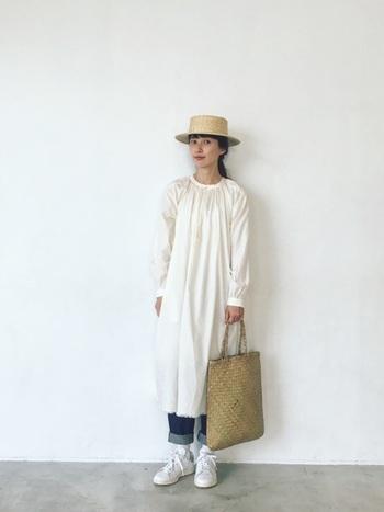 こちらも同様に白いワンピースにデニムを合わせたコーディネート。デニムの裾をあえて捲り、足元のスニーカーを見せてあげることで少女と少年を織り交ぜたようなおしゃれなスタイルが完成します。