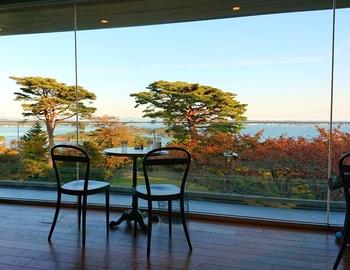 広めの間隔でテーブルが並ぶ店内。海際の席とテラス席からは、松島の海と、海に浮かぶ小島を眺めることができますよ。駅前から少し離れた場所にあるので、時間がゆったり流れているような、のんびりとしたひと時を過ごせます。