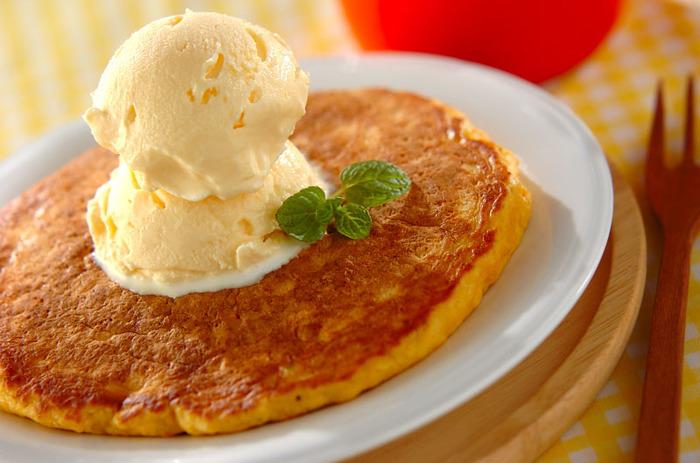 人参の使用量…【2人分】1本 1本分のすりおろし人参とプレーンヨーグルトが入ったパンケーキは、モチっと軽い仕上がりでお子さんの朝食にもぴったり!あったかいパンケーキにバニラアイスをたっぷりのせれば、おうちカフェ気分に。
