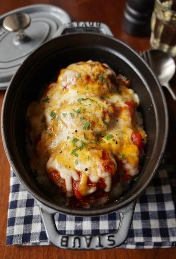オーブン料理は、ストウブやスキレットで作ると温かいまま食べることができますよ◎バターライスの上に、フレッシュトマトでつくったトマトソースとハンバーグを重ねて、チーズを乗せて焼き上げたらできあがり♪