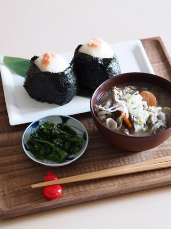 一汁三菜が基本の和食でも、ときにはおにぎりと具沢山のお味噌汁だけで終わらせたって大丈夫。体が欲しているものによく耳を傾け、ちょうどよく食べていけるといいですね。