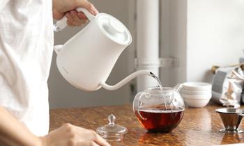 お茶を淹れるときは、その都度、お湯を沸かした方が美味しく淹れられます。ちょうどよい量の水を知って、無駄を省いていきましょう。