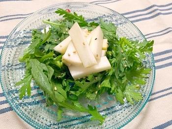 生で食べられるうどと春菊をフレッシュなサラダに。サラダなのにおつまみになる、大人の味です。