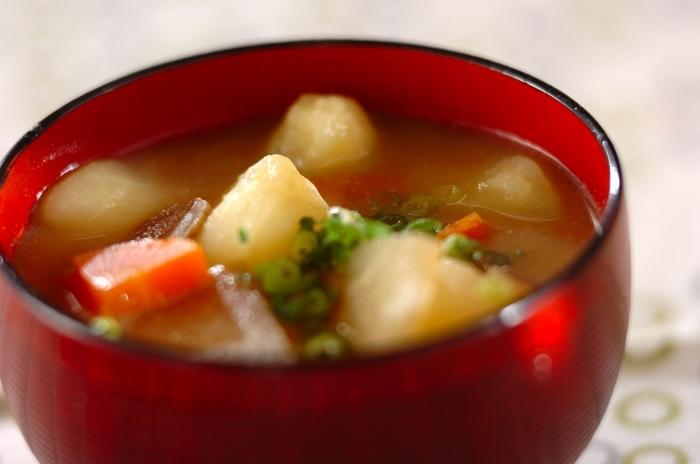 じゃがいもで作った芋団子がたっぷり入ったお味噌汁。 もちもちっとした食感も楽しく、おかわりしたくなる美味しさ!芋団子は、多めに作って冷凍保存も可能です。
