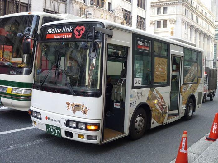 また、この界隈は、日本橋周辺地区を結んだ無料巡回バス「メトロリンク」、区営のコミュニティバス(有料・100円、一日券300円)も運行しているので、アクセスは非常に良好です。  『メトロリンク日本橋』は、日本橋、京橋、八重洲地区を結ぶ無料巡回バス。約10分間隔、毎日運行しているので、買い物、散策に便利。雨の日は積極的に利用しましょう。  中央区の区営コミュニティバス『江戸バス』は、南北の2本のルートがあります。「北循環」では、中央区役所~東京駅八重洲北口~新日本橋駅~浜町駅~水天宮前~日本橋区民センター~中央区役所と、循環し、一周約70分程度で巡っています。詳細は公式サイトへ。
