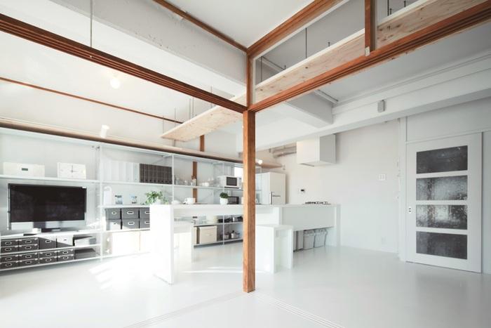 柱や鴨居など、全体の構造部分はできるだけ変えずに生かすのが『MUJI×UR団地リノベーションプロジェクト』の特長でもあります。長い年月を支えた味わい深い木材はそのままに、現代の設備との調和がいいアクセントに。