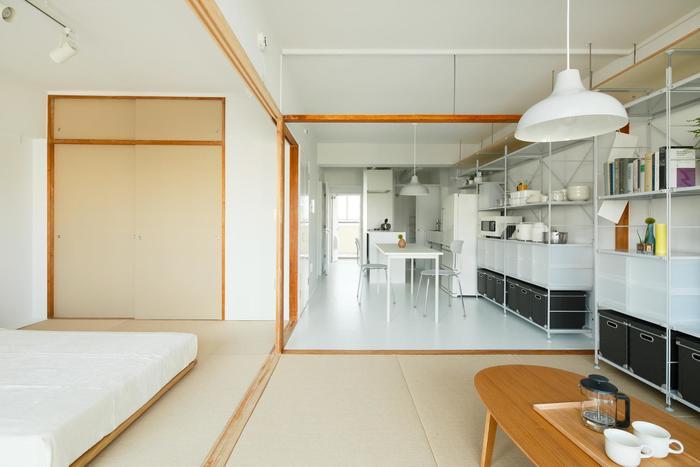 UR賃貸住宅のメリットといえるのが、大容量の収納。部屋によって大きさは違いますが、天井近くまである収納は、新築物件ではなかなか見かけないのでは?『MUJI』の豊富なバリエーションの収納ボックスを並べてすっきりとさせるもよし。季節品やかさばるものを入れるもよし。使い方は暮らしに合わせて自由自在です。
