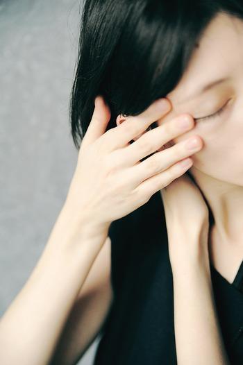 丁寧にブラシで塗らなくても、指にとってまぶたになじませるだけ!ちょっとのせすぎたなと思ったら、また指を使って優しくぼかしてあげましょう。