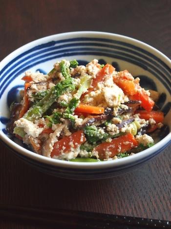 鮮やかなタラの芽の緑は、豆腐と合わせるととても映えます。にんじんなど赤系の食材もいっしょに入れると、より美しいですね。