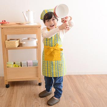 小さなお子さんがいる家庭なら、子供用のエプロンも素敵なものを選んであげたいですね。子供たちも、きっと楽しんでお手伝いをしてくれるはず。