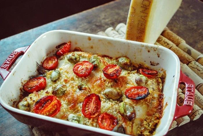 おもてなしにもぴったりなのが、ボリューム満点のオーブン焼き。じゃがいも・ミニトマト・そらまめも入っているので、食べ応えたっぷりです。ホームパーティーの主役になりそうなメニューですね♪