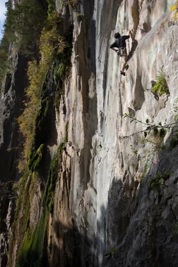 「ボルダリング(bouldering)」は、2~4mほどの巨大な岩「ボルダー(Boulder)」を、自分の手足でよじ登るスポーツのことを言います。  山の岩壁などを登る「ロッククライミング」の一種なので、トレーニングを続ければ、ロッククライミングへのステップアップを目指すことも!  本来は野外で岩の壁を登るものでしたが、「ボルダリングジム」の登場によって、身近な屋内スポーツとして楽しめるようになっています。