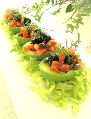 半分に切ったアボカドに、オリーブやトマト、たまねぎを合わせたドレッシングをかけるサラダです。ヘルシーにオメガ3脂肪酸を摂ることができます。