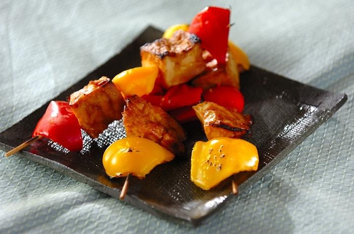 東南アジアの串焼き料理として知られる「サテ」。小さく切ったお肉を串焼きにするものですが、お肉の代わりに厚揚げをつかっていただけば食べごたえはそのまま、ヘルシーにいただけそう。