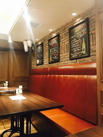 店内はシックな雰囲気で落ち着いた空間。ゆったりとしながら食事を楽しむことができます。テーブル席とカウンター席がありプロジェクターも完備されているので、二次会やちょっとしたパーティに使用されることも多いとのこと。