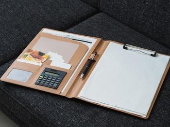 必要な書類だけをまとめて、お気に入りのバインダーに書類セットを作っておけば気分が上がります。こちらは、1ヶ月分の領収証をポケットに、保留案件の資料は右のクリップにセットし、月ごとに整理するそうです。自営業の場合は、毎月整理する日を決めてこんな風にまとめておけば確定申告の時にも楽ですね。