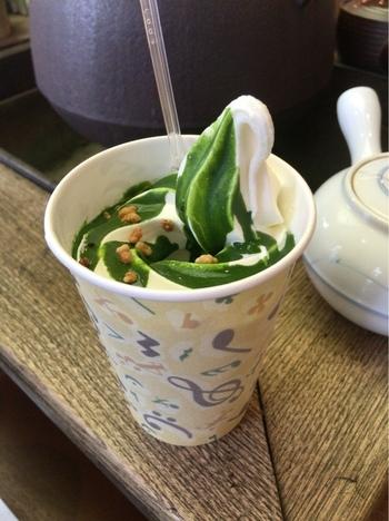 こちらは、濃厚な抹茶をソフトクリームに注いで作る「雪萌え抹茶ラテ」。抹茶の苦味とソフトクリームのまろやかさが絶妙!