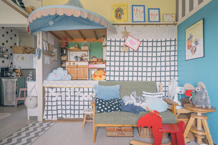 子供部屋をどこに作ろうか…と思い立った時に、候補のひとつとして考えたいのが、リビングやダイニング、またはリビングの側に子供部屋を作ってみてはいかがでしょうか!子供がまだ小さいうちは、自分の目の届く場所で、遊んだり勉強させたりしたい!というママも多いハズ。きちんとした子供部屋とまでは行かなくても、ある程度区切った空間を作り、子供のスペースを作ってあげるだけでも、子供にとっては嬉しいものです。 団地にお住まいのこちらのお宅では、押入れをそのまま活用し、子供のおままごとルームを作ったそうです。可愛らしい青の屋根はIKEAで売られていたものに布をかけたのだそうです。何だか秘密基地みたいで、とても可愛らしい雰囲気です。