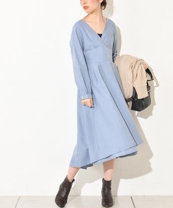 お出かけやデートのとき、悩む必要はありません。アクアブルーのワンピースを1着まとえば解決です。手軽に清潔感あふれる女性らしいスタイルが完成します。