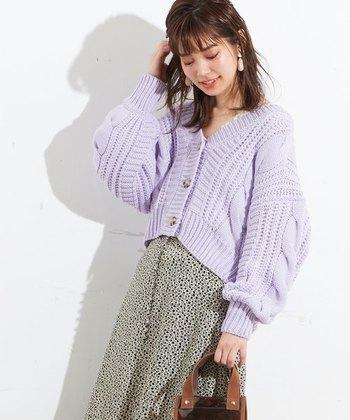 パッと目を引く華やかなラベンダーのボリュームカーディガン。美しい紫色をより際立たせるためにも、モノトーンのロングスカートやパンツに合わせて大人っぽく仕上げましょう。