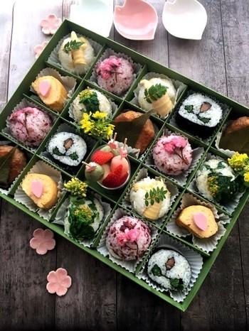 持ち寄りパーティなどには、こんな仕切りの付いた箱もいいかも。多彩な味を詰め込んだバラエティボックスは、盛り上がること間違いなしですね。桜モチーフの小皿や箸置きを添えて。