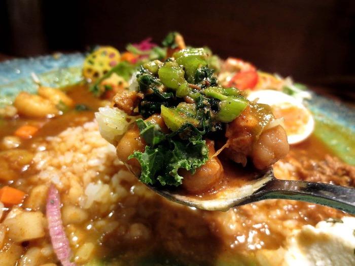 食べるときのポイントは、カレー全部を混ぜるのではなく、野菜とご飯をルーに崩しながら食べること。食べるところによって旨みや香りの変化を楽しむことができますよ。