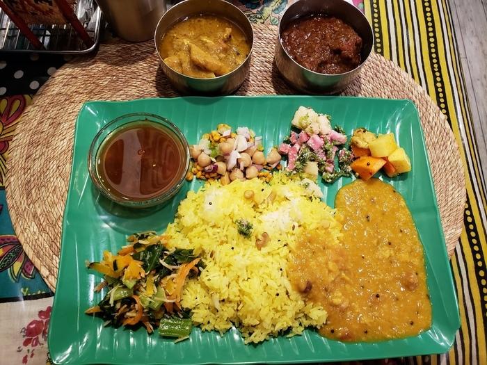 グリーンのプレートがかわいい「ゼロワンカレー」では、南インドのカレーと料理を楽しめるごはん屋さん。店主は、ときどきインド修行に旅立ってしまうのですが、Twitterで営業(完売などの)情報が細かく発信されているので訪れやすいですよ。