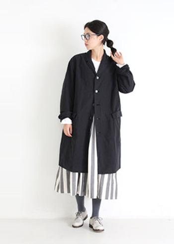 縦ストライプ柄のスカートが印象的な、モードなコーディネート。大きめのロングジャケットによって、クールで男前な佇まいになっていますね。レイヤードをする時は、ボタンを全部閉めず数個開けて着ると、ルーズ感のあるコーデに仕上がります。
