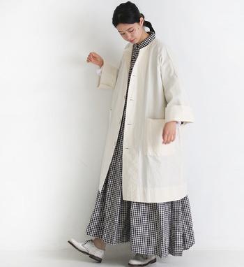 裾にかけて広がるシルエットが軽やかな印象のコーディネート。柄物ワンピースはちょっと挑戦しにくいと思ったら、ホワイトカラーで淡くぼやけさせるのがおすすめですよ。