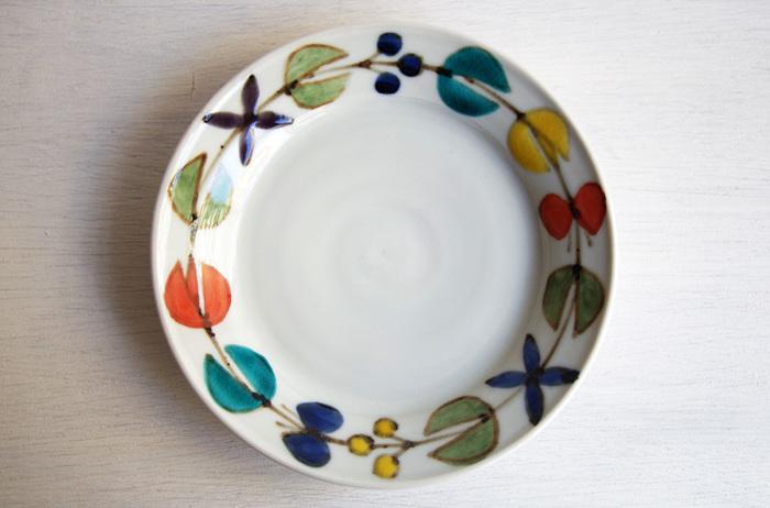 個性のある色絵皿をポイント的に使うのも、テーブルにわくわく感が生まれそうですね。こんな遊び心のあるお皿なら、菜の花やアスパラなどのシンプルなグリーンサラダも素敵な春景色になります。
