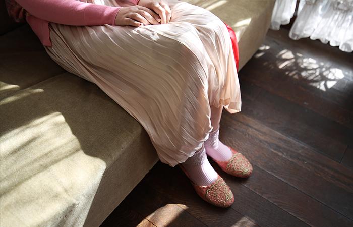 ペールトーンのお洋服は、まるで春になると桜の花が咲き誇るように、街を明るく彩ります。職場や友人達との食事会などでもさりげなく華を添えることができますし、原色に比べて緊張感のないリラックスしたムードを作ることもできます。
