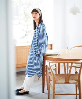 """ブルー×ホワイトのストライプ生地を使ったシャツワンピースは、まさに""""フレッシュな季節""""にぴったりのイメージ。Vネックで首回りはすっきりですが、着ると独特で立体的なシルエットになるようにデザインされています。白いパンツと合わせて、春らしい爽やかなコーデがおすすめ。"""