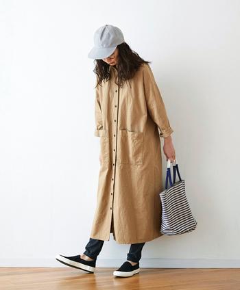 昔の紡績機を使って、素朴な風合いに織り上げた『シャトルノーツ』のツイル生地は、しっかりとした張り感があり、ワークウェアのような印象。一枚でシンプルにワンピースとして着るのも良いですが……