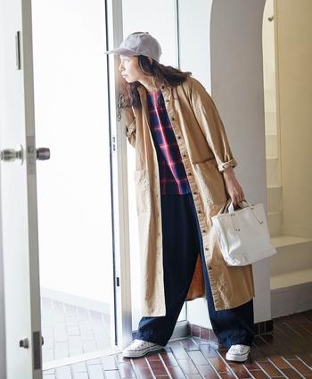 スプリングコートとしても大活躍間違いなし!ワークな生地感なので、ちゃんとコートに見えます。一着で二役となると、コスパはグンと高くなりますね。着丈が長めなのでコート使いするときは、袖をまくるなどバランスを意識するのがポイントです。
