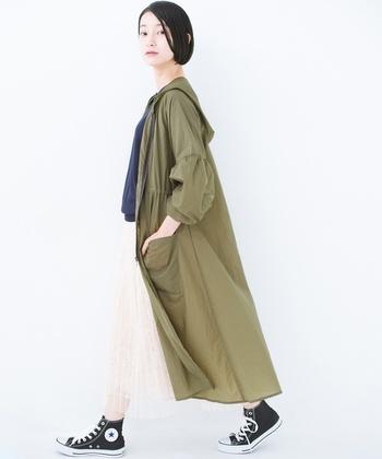 サラっと軽やかでベーシックなロングブルゾン。大人カジュアルな着こなしに大活躍してくれそうな一着です。しわになりにくい素材を使用しているので、持ち歩く時もくるくる畳んで鞄に収納することができます。