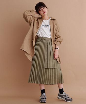 メンズのカバーオールのシルエットを、イメージしたこちらのブルゾン。古着の洗いざらしのような雰囲気で、同系色のベージュのプリーツスカートを合わせたり、ワイドパンツにしたり様々な着こなしができそう。
