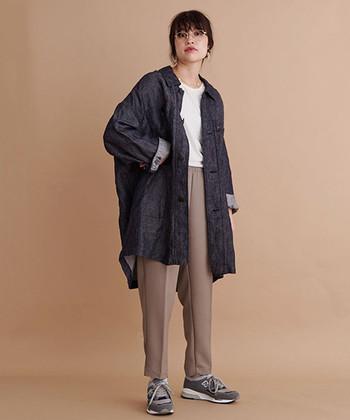 メンズものを着ているような、大きめシルエットが今年気分の一着。リネンデニムは着る程に味わいが増していき、程よくきれいなシルエットが叶います。カジュアルからきれいめまで幅広い着こなしを楽しみましょう。
