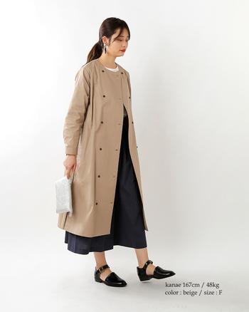 【春コーデ】  ノーカラーのトレンチコートは、すっきり髪をまとめるのがおすすめです。フロントは留めずに羽織り感覚で合わせ、足元には軽やかさのある靴を選ぶと素敵です。お好みで柄モノ靴下を合わせても◎