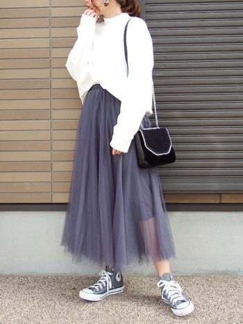 白のスウェットとの相性もGOODの、グレーのチュールスカート。足元もグレーコンバースで合わせると、よりまとまって洗練されたスタイルに。異素材ミックスを楽しんで♪