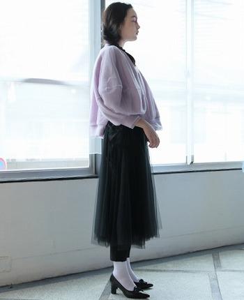 ライラックカラーの身頃とリブ部分がチュールで覆われたトレーナーには、ブラックチュールスカート×黒レギンスを合わせてフェミニンに。靴も黒ヒールで合わせると統一感がアップします。白ソックスが程よいはずしアイテムとして活躍♪
