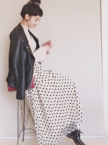 無地スカートにちょっぴりマンネリを感じたら、こんな素敵なドット柄のチュールスカートはいかが?ライダースなど、ちょっとハードな素材と合わせることで甘くなりすぎずひとつ大人のコーデに仕上がります。